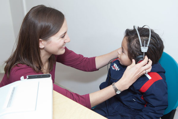 Dane County Head Start participant receives a hearing screening from one 的 the graduate student clinicians.